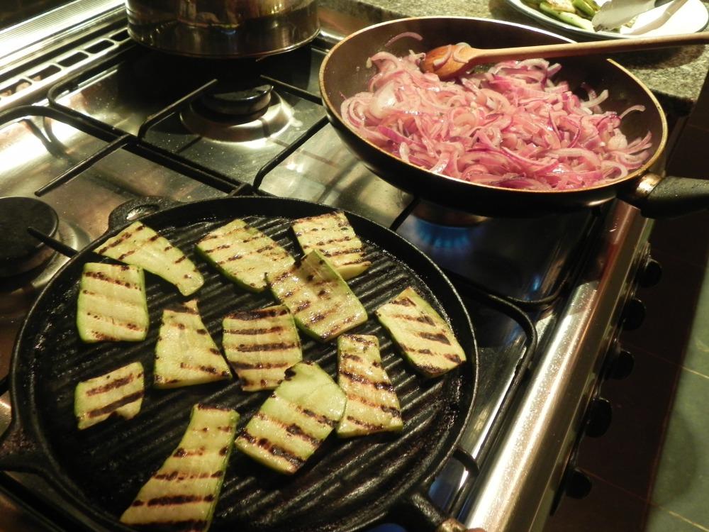 Grillando zucchinis y caramelizando cebollas