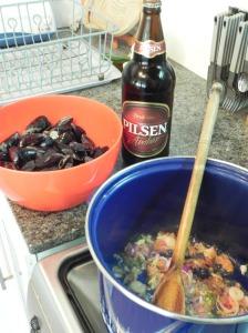 Adentro los mejillones y una cerveza roja uruguaya