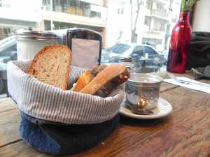 Canasta de pan con manteca de frutilla
