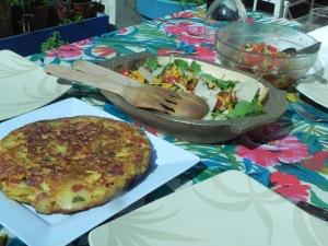 Tortilla, ensalada y salsa criolla